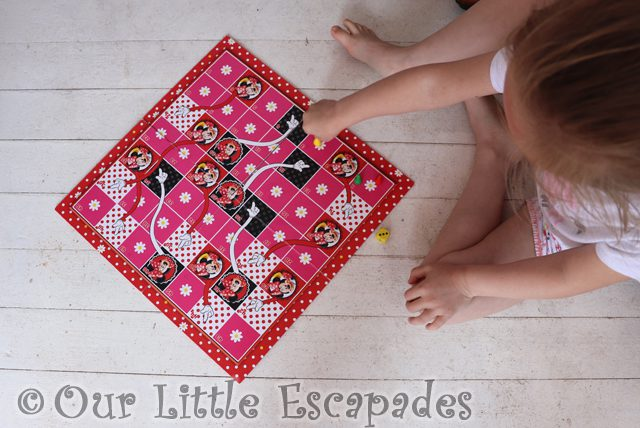 little e minnie mouse snakes ladders