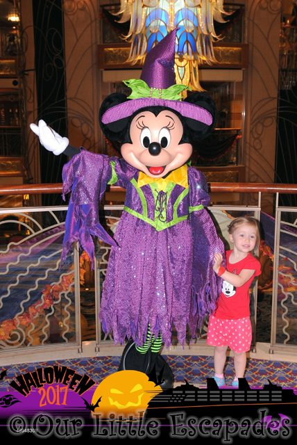 litte e minnie mouse meeting halloween minnie mouse disney dream