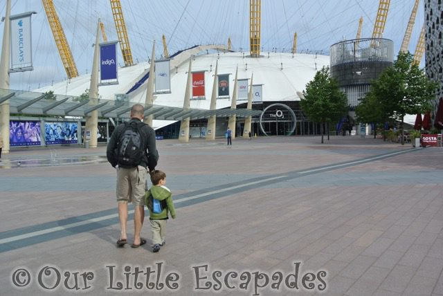 darren ethan walking towards london 02 entrance toddler to in the night garden live