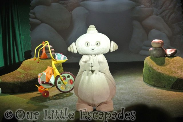 makka pakka clapping toddler to in the night garden live