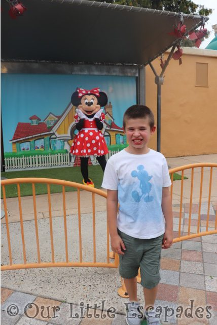ethan minnie mouse toon studio selfie spot disneyland paris