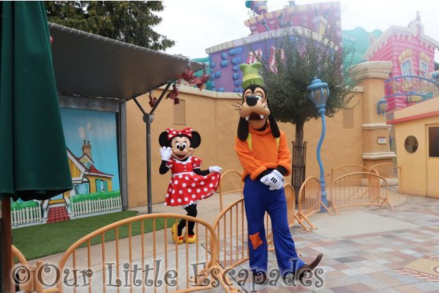 goofy meeting minnie mouse toon studio selfie spot disneyland paris